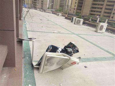 南京一安装工人装空调失手 外机从27楼坠落