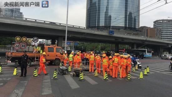 北京东三环京广桥附近一路面发生塌陷 现场正抢修