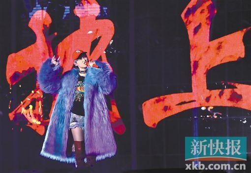 李宇春个唱巡演深圳首唱浪漫《蓝》