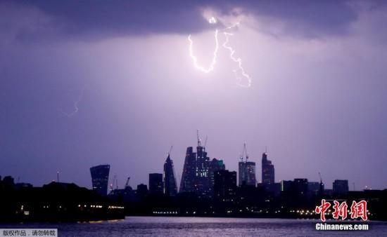 伦敦遭遇雷雨天气 闪电霹亮城市夜空