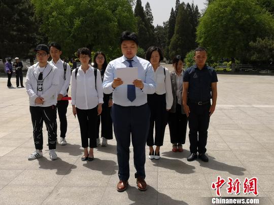 """暴走漫画""""CEO任剑带领团队在董存瑞烈士纪念碑前读道歉信。张桂芹摄"""
