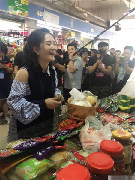 谢娜市场买菜被偶遇 主动求抱路人小孩母爱爆棚