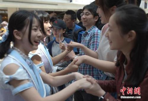 "BEJ48在北京举办""握手会""。<a target='_blank'  data-cke-saved-href='http://www.chinanews.com/' href='http://www.chinanews.com/'><p  align="