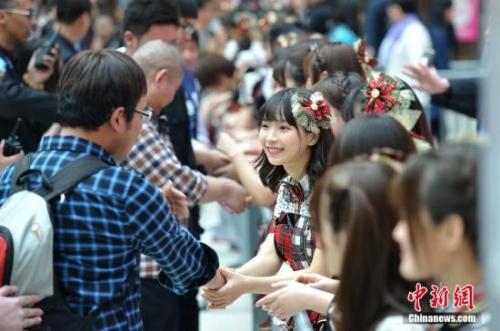SNH48成员与粉丝互动。<a target='_blank'  data-cke-saved-href='http://www.chinanews.com/' href='http://www.chinanews.com/'><p  align=