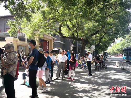 为看《茶馆》北京人艺门口排起百米的长队