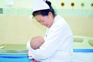 女子做手术不能哺乳 宿迁两护士接力给孩子喂奶