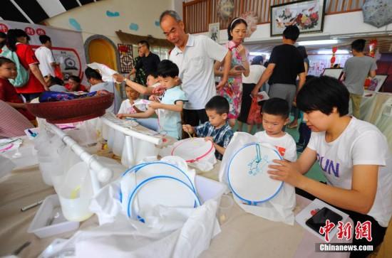 """皮影戏,木偶剧,造纸术 江西学童感受传统文化迎""""六一"""""""