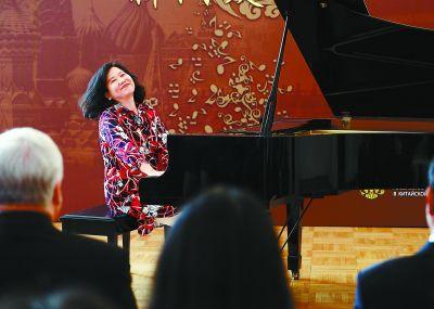 华裔钢琴家克劳迪娅·杨改编创作中国民歌 汤沐海执棒演绎