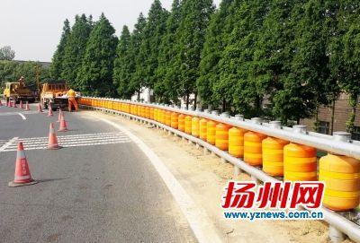 扬州高速试点安装滚筒护栏 吸收撞击力度