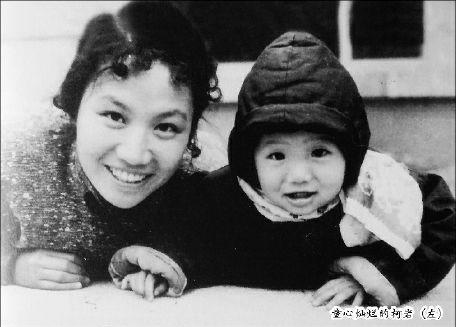 童心灿烂的柯岩(左)