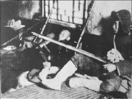 在艰苦的条件下,东北义勇军战士枪不离身,随时准备与日本侵略者战斗。