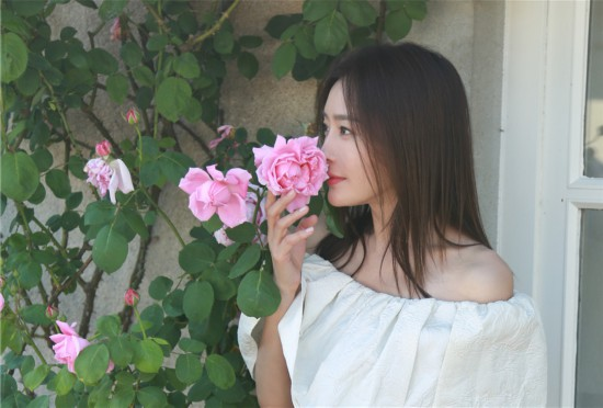"""秦岚化身""""花仙子"""" 捧脸甜笑人比花娇"""