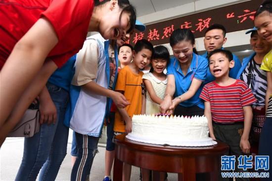 (社会)(1)江西南昌志愿者爱心陪伴特殊儿童