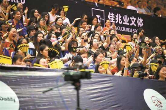 张继科三连胜粉丝吼声大 记者不得不带耳塞