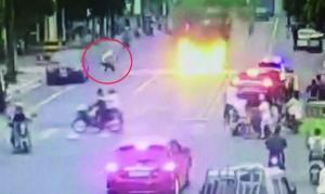 轿车起火 连云港一交警被气浪掀翻爬起来继续施救