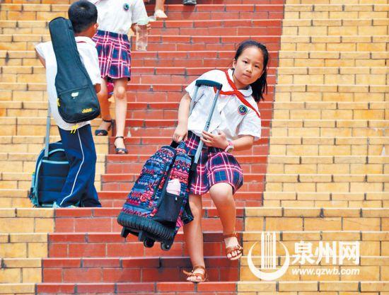 """泉州:书包又重又鼓 小学生带着""""行李""""去上学"""