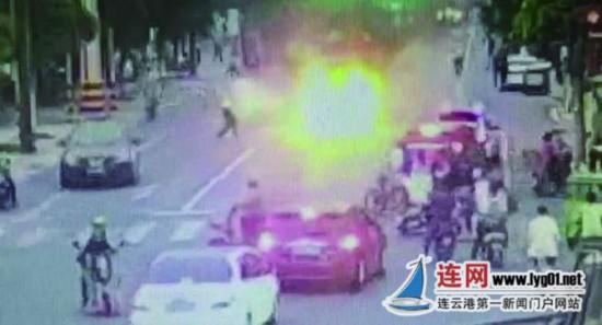 连云港汽车起火 交警被气浪掀翻仍上前施救
