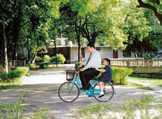 President Xi Jinping plays with his daughter in Fuzhou. [Photo: China Plus]