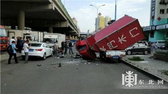 惊险!东北一货车坠桥砸面包车 受伤司机送往医院救治