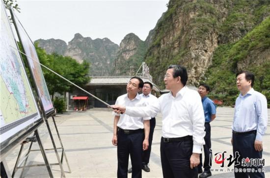 6月3日,省委书记、省人大常委会主任王东峰到保定市调研检查。这是王东峰在涞水县拒马河综合整治现场调研检查。