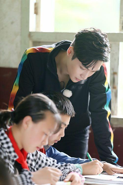 张艺兴《极限挑战》最帅英语老师 暖心鼓励留守儿童
