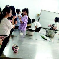 ■同学们品尝自制的冰淇淋