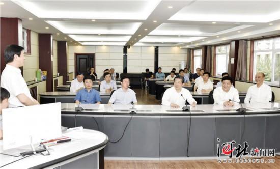 6月3日,省委书记、省人大常委会主任王东峰到保定市调研检查。这是王东峰在保定市大气污染防治网格化监测监控指挥中心调研检查。