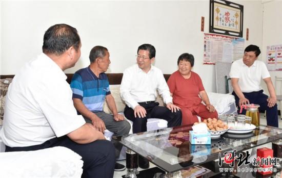 6月3日,省委书记、省人大常委会主任王东峰到保定市调研检查。这是王东峰在涞水县三坡镇南峪村调研检查。