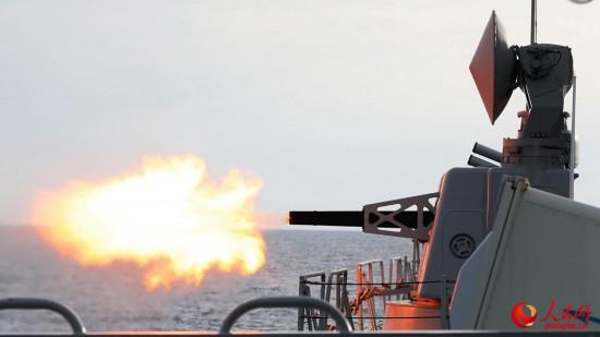 盐城舰副炮对海射击演练  朱林林摄影