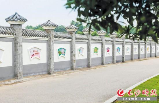 ↑湖南烈士公园廉政文化墙营造了浓浓的廉政文化氛围。