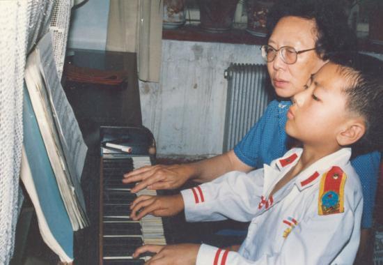 郎朗小时候学琴照 图片来源:知乎