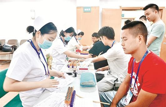 图文:武汉应征入伍大学生开始体检