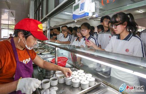 """每天一罐免费""""爱心营养汤"""" 晋江磁灶中学高考考生幸福感满满"""