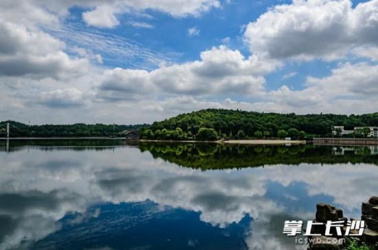 中午,雨后的星城碧空如洗,蓝天白云下的同升湖出现水天一色的美景。  长沙晚报记者陈飞摄