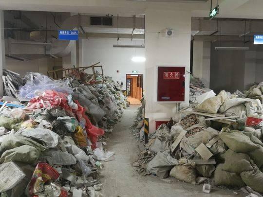 成都一小区建筑垃圾堆成山业主:物业整整一年不清理