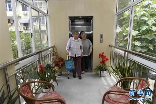 (服务)(1)浙江杭州:老小区加装电梯 方便老人起居