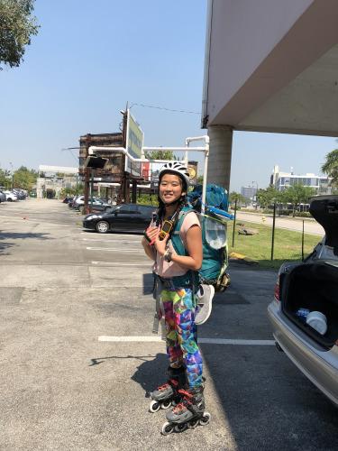 23岁的华裔女孩何易恩(Yanise Ho)正以直排轮滑横穿全美国,挑战最长轮滑旅程的金氏世界纪录。