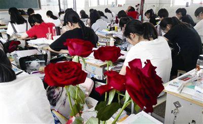 海门证大中学老师送花为高考学生减压