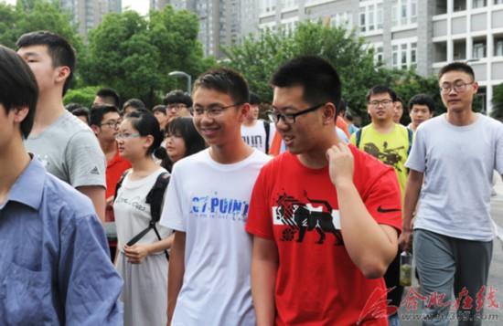 两位考生边走边聊着刚考完的试题