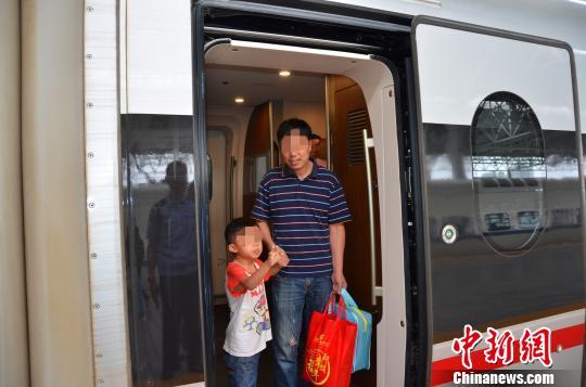 男童患病无钱治疗遭家人遗弃民警跨省接力助其回家