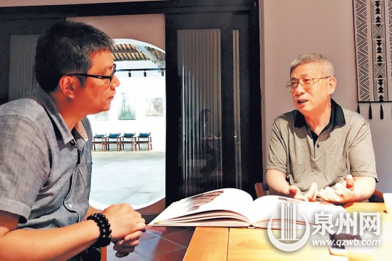 陈鲤健(右)向记者讲述造像背后的故事(郑冰芳 摄)
