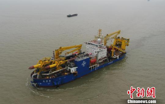 """亚洲超大重型自航绞吸船""""天鲲号""""首次出港海试"""