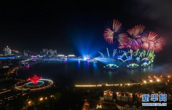 (上合青岛峰会・XHDW)(1)灯光焰火艺术表演在青岛举行