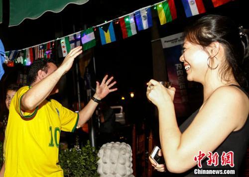 """熬夜看世界杯,是中国球迷熟悉的""""必修课""""。<a target='_blank'  data-cke-saved-href='http://www.chinanews.com/' href='http://www.chinanews.com/' ><p  align="""