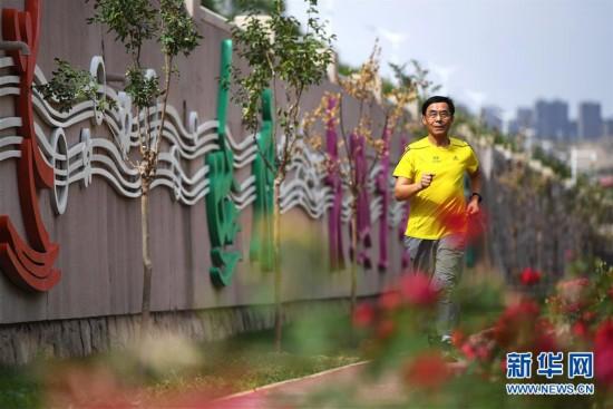 """(体育・图片故事)(10)""""百马""""老人的跑步人生"""