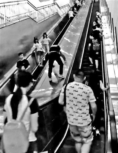 """地铁10号线团结湖站 男子在扶梯""""攀岩""""涉嫌违法"""