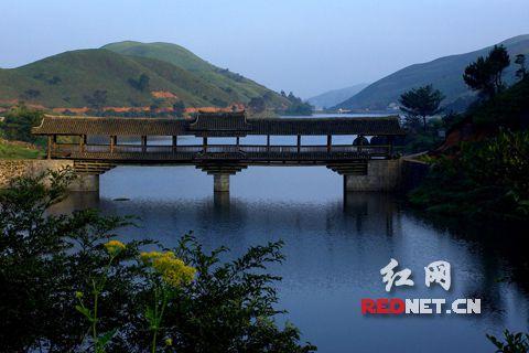 (南山长寿湖上的风雨桥)