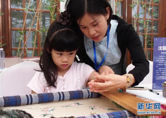 """(文化)(2)上海展出""""非遗在社区""""成果"""