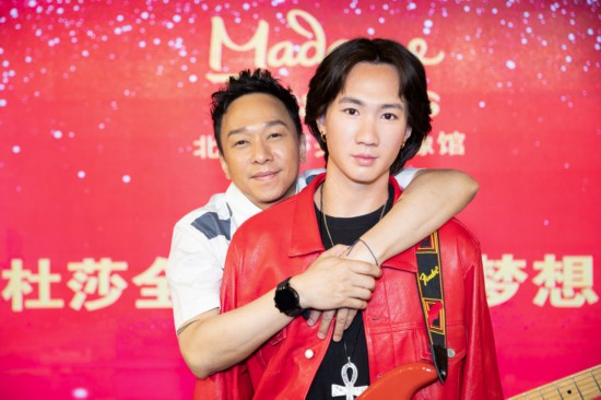 黄家驹蜡像北京揭幕 黄家强动容追忆哥哥