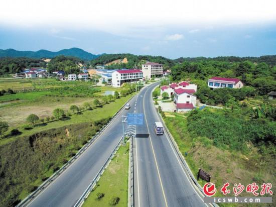"""随着""""路长制""""的推广,浏阳城乡路域环境更加""""畅、安、舒、美""""。图为荷文公路。  陈永灿 摄"""